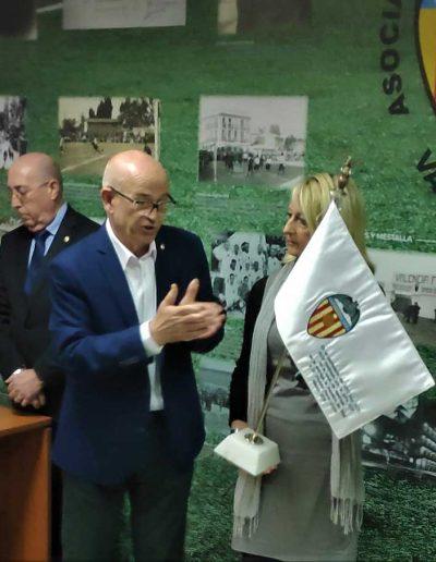 APAVCF Homenaje a Vicente Peris (Recibe-la-bandera-su-hija-Merchina)